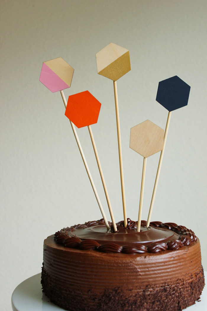 Geometric shapes make the cake more modern.