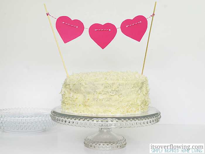 Mini paper hearts leave the cake with a romantic touch.