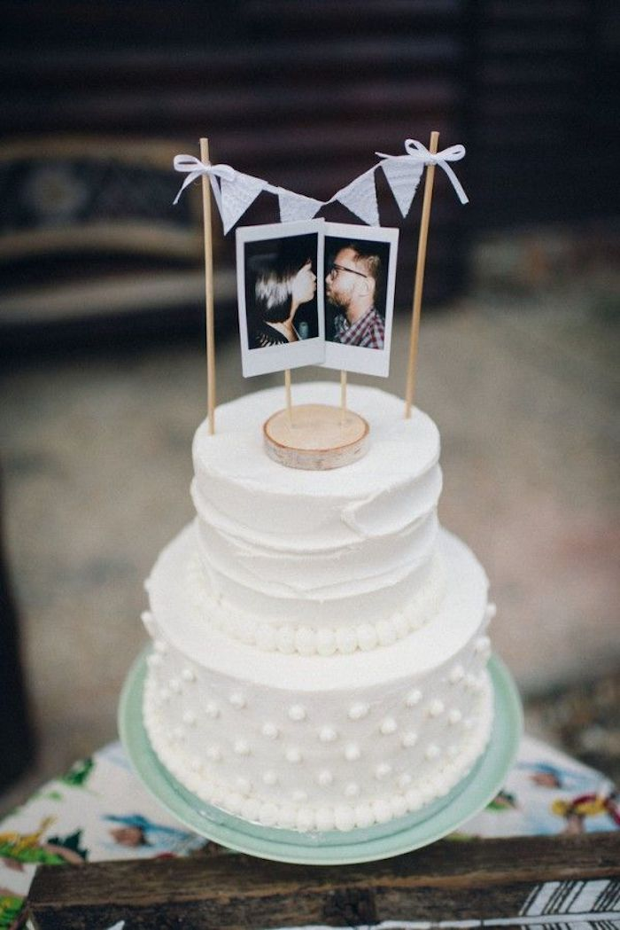 On the wedding cake, the top can count on the photos of the bride and groom