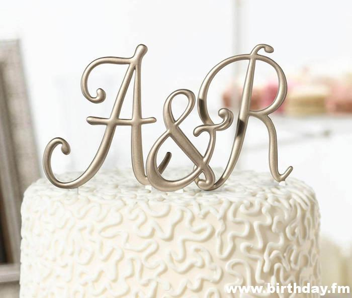This topper consists of the couple's initials