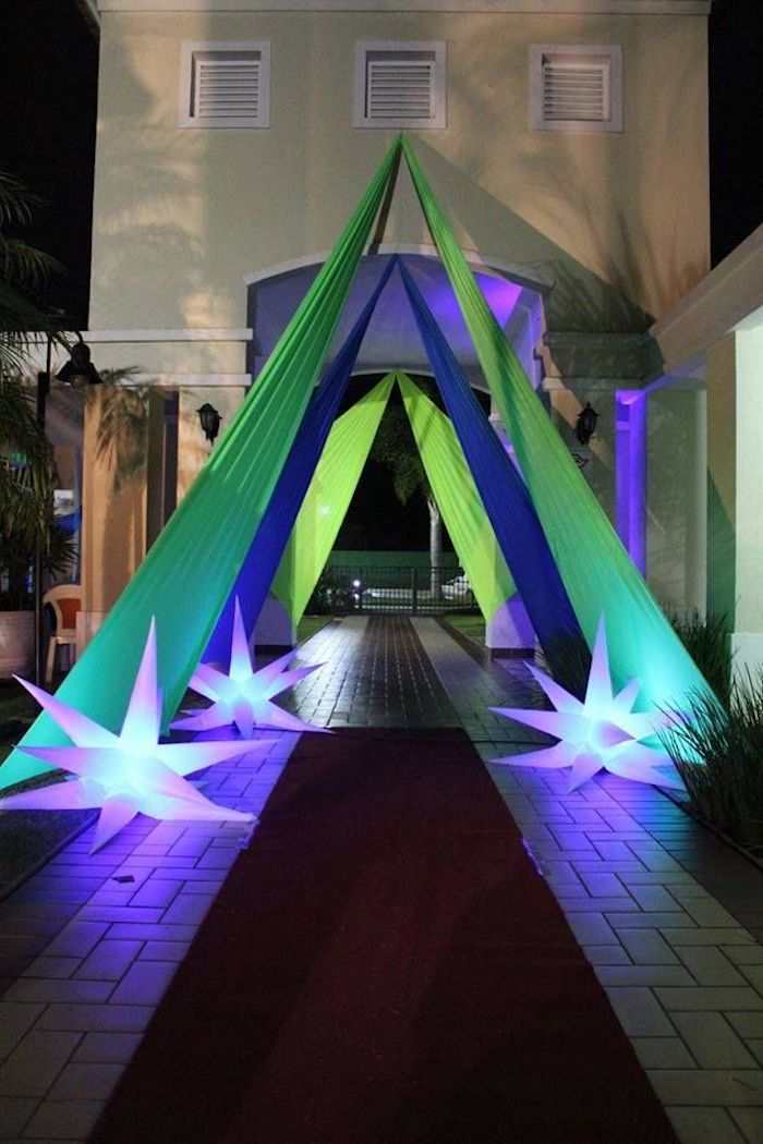 Decoration with fabrics at the entrance of the party