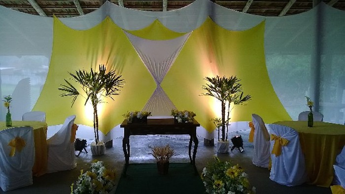 Ballroom decorated with tensioned mesh, in yellow and white colors.