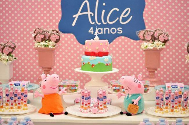 Peppa Pig theme party decoration.
