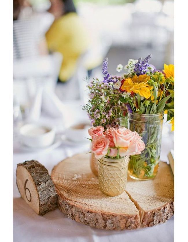 A slice of wood was used as a support for the centerpiece