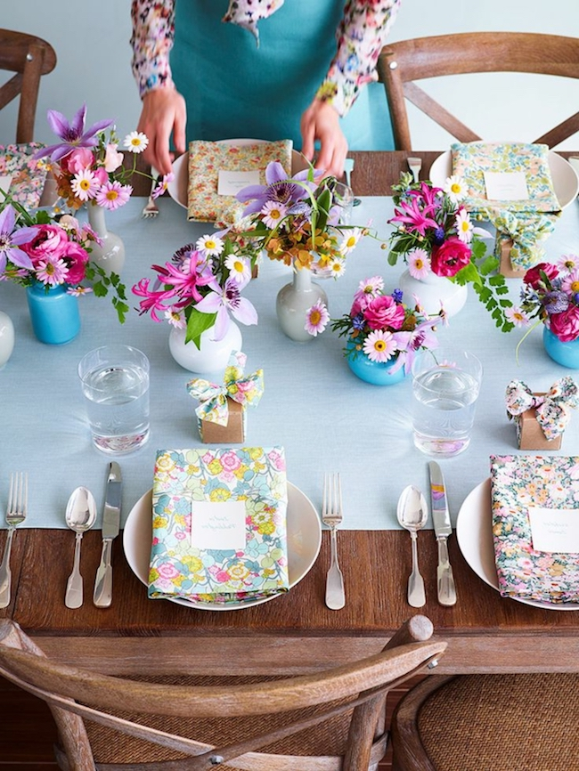 Use fresh and colorful flowers in the decor