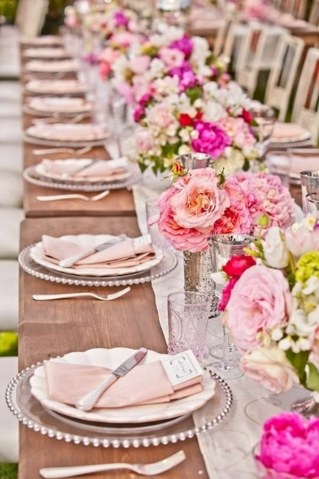 Sophisticated table decorated with shades of pink