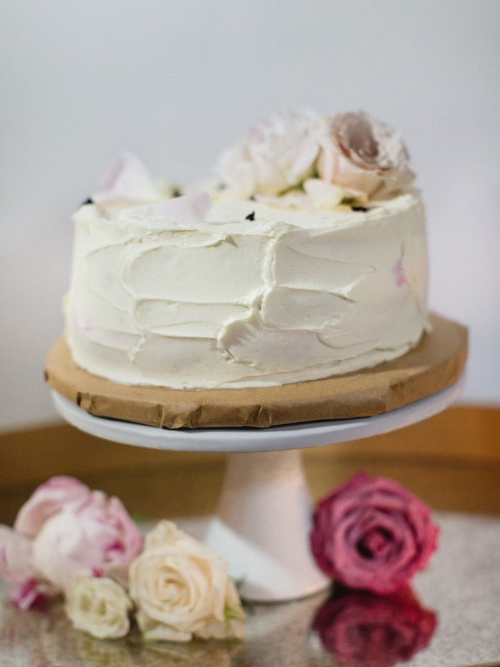 Simple cake with soft tones and decorated with roses