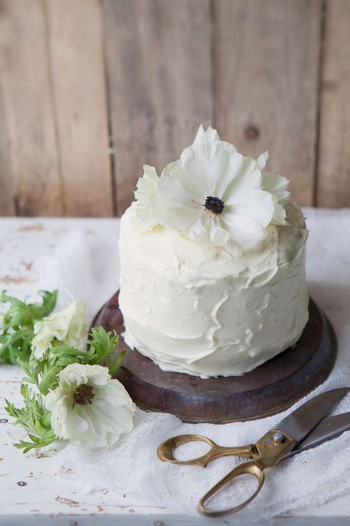 Simple, small and delicate: this cake will win your mother