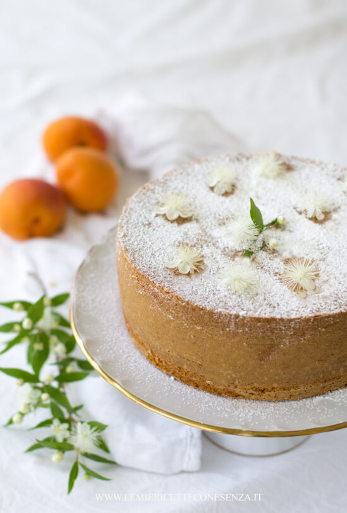 A simple cake can be decorated with icing sugar