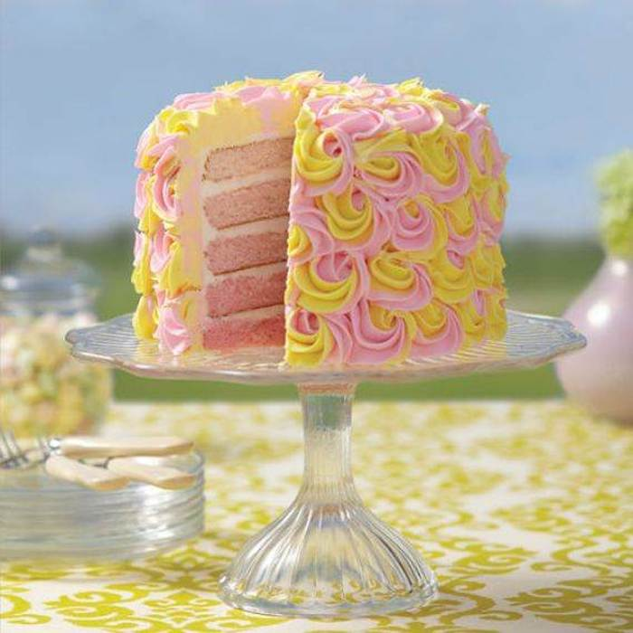 The finish mixes icing in yellow and pink