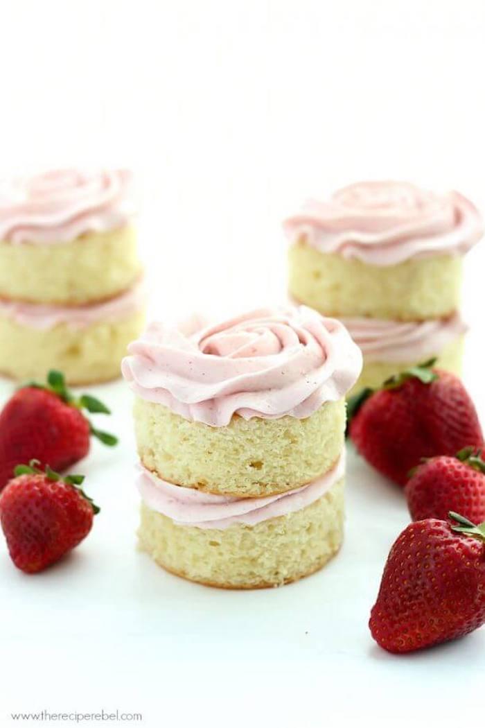 Mini cakes with Swiss strawberry meringue