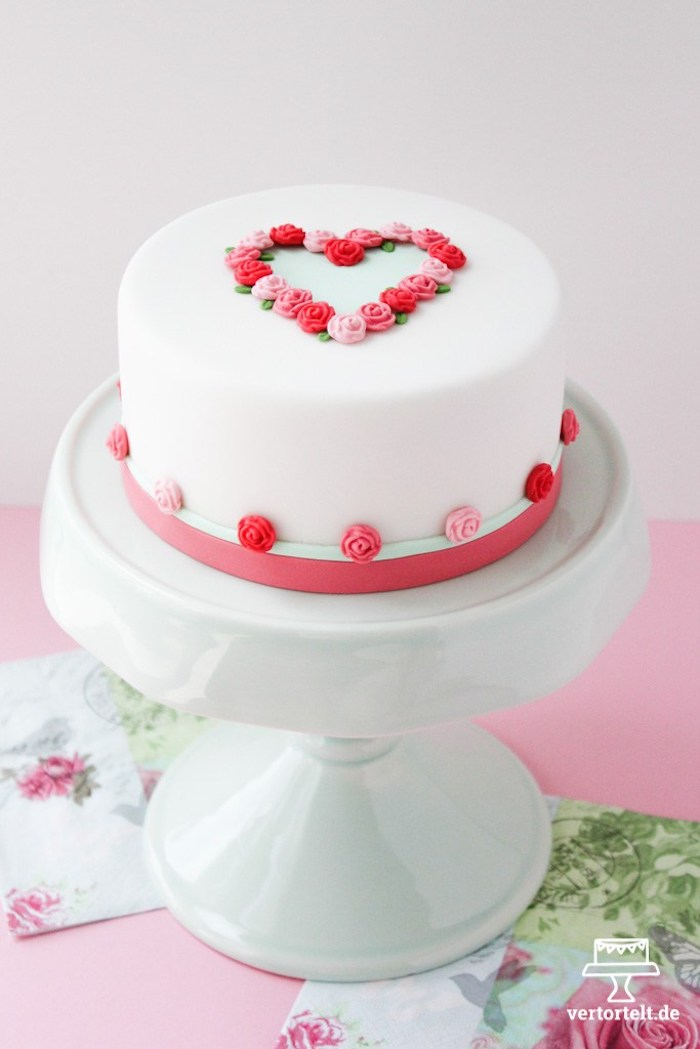 Simple idea of Mother's Day cake to make with American paste
