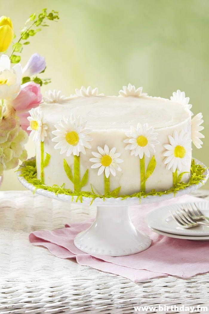 Decoration with delicate daisies