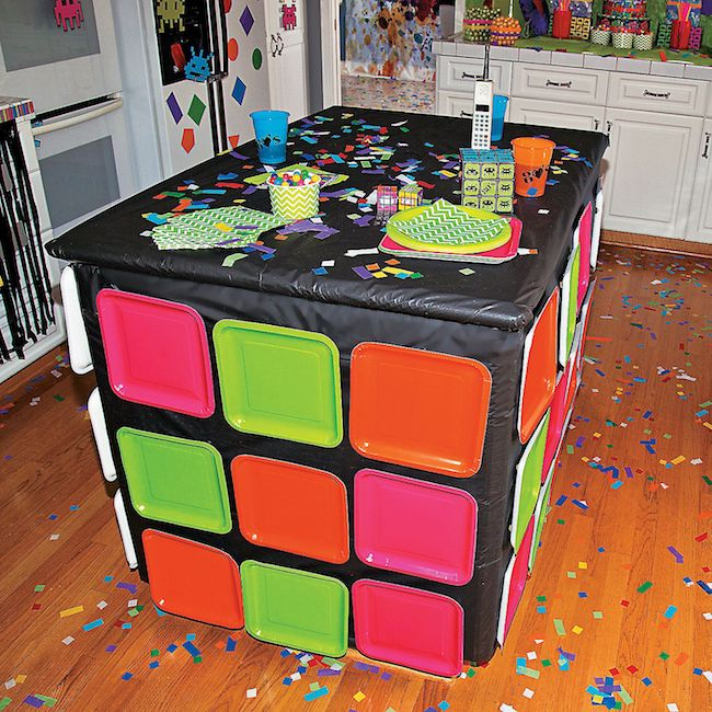 Colorful plates were used to transform the table into a giant magic cube
