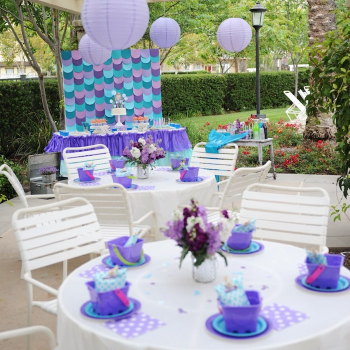 Decorate the guests' table with beach buckets