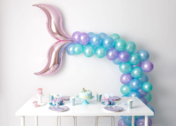 You can decorate with balloons simulating the mermaids' syrup