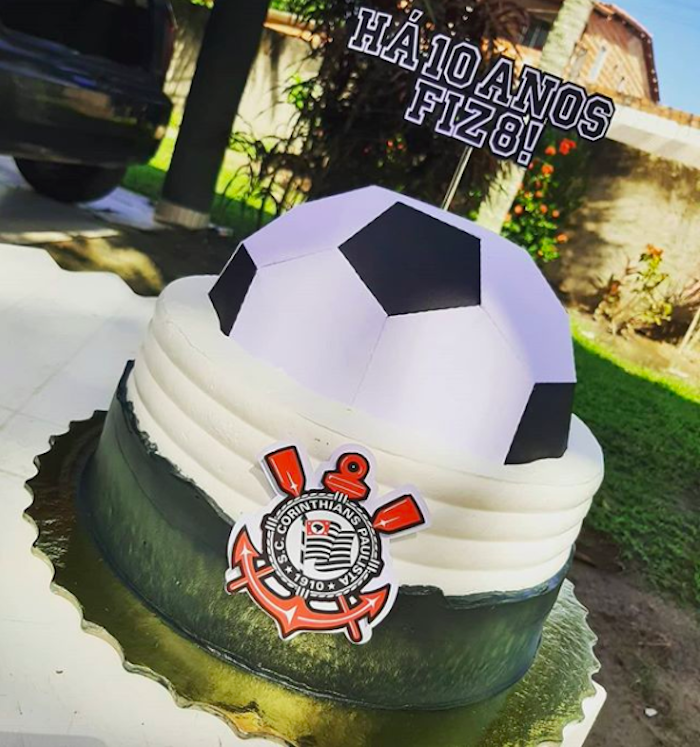 A football on top of the cake exalts the team's colors.
