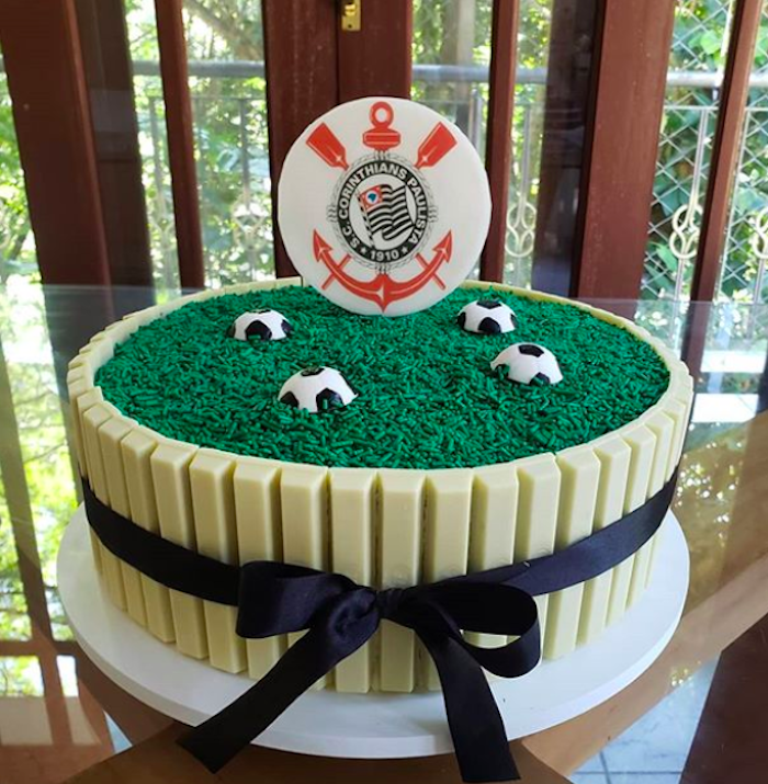Kit Kat of white chocolate was used in the decoration of this cake