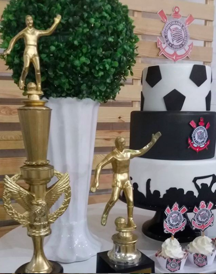 Match the fake Corinthians cake with trophies on the main table