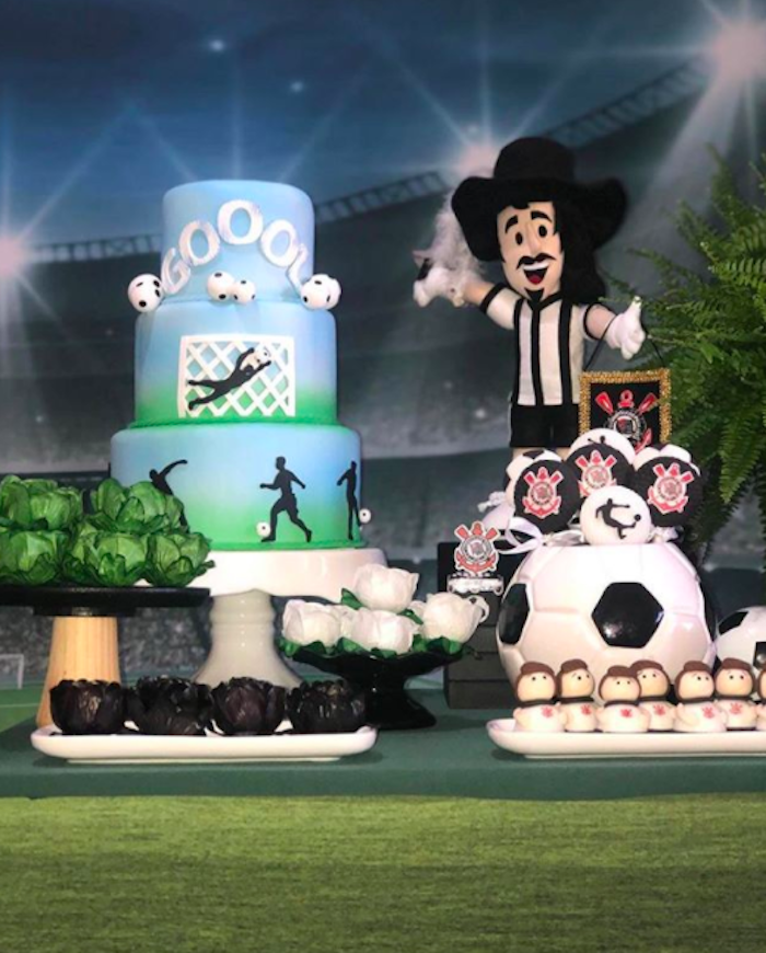 This cake is more inspired by the football theme than the team