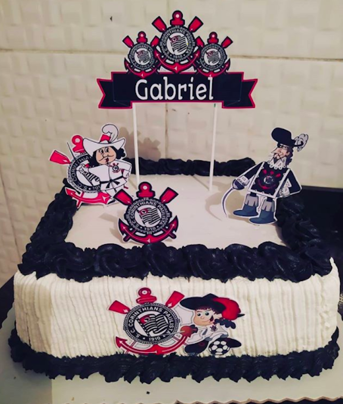 Square cake has the musketeer as a decorative element