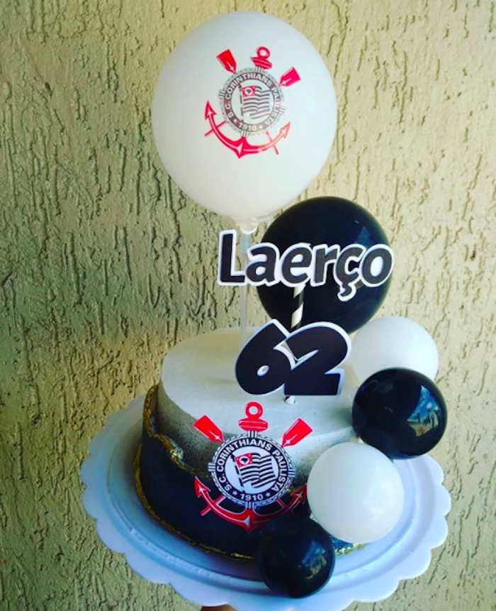 Balloons decorate the cake with style and creativity